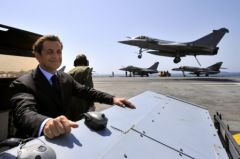41441_france-s-president-sarkozy-looks-at-a-rafale-jet-fighter-landing-on-the-deck-of-the-charles-de-gaulle-aircraft-carrier.jpg