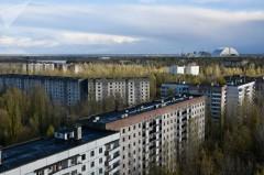 Tchernobyl_centrale-nucleaire-detruite_sarcophage-et-habitations-desertees.jpg
