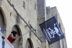 2013-07-15_CAN84_Die-in_Avignon_palais-des-papes_02_chris.jpg