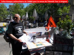 2019-05-24-26_Atomik-Tour_CAN84_Avignon_14_place-Pie_stand-tracts.jpg